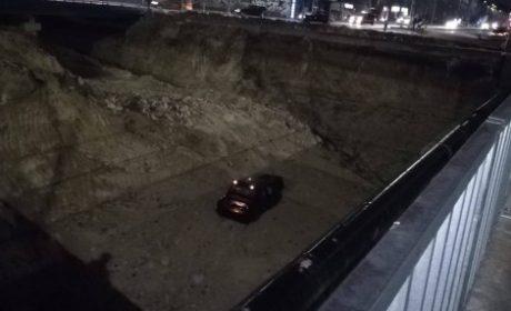 """Кола падна в изкопа на новото кръгово по бул. """"Владислав Варненчик"""" във Варна"""