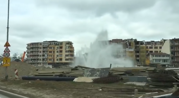 "Нов фонтан се появи на изкопа на бул. ""Васил Левски"""
