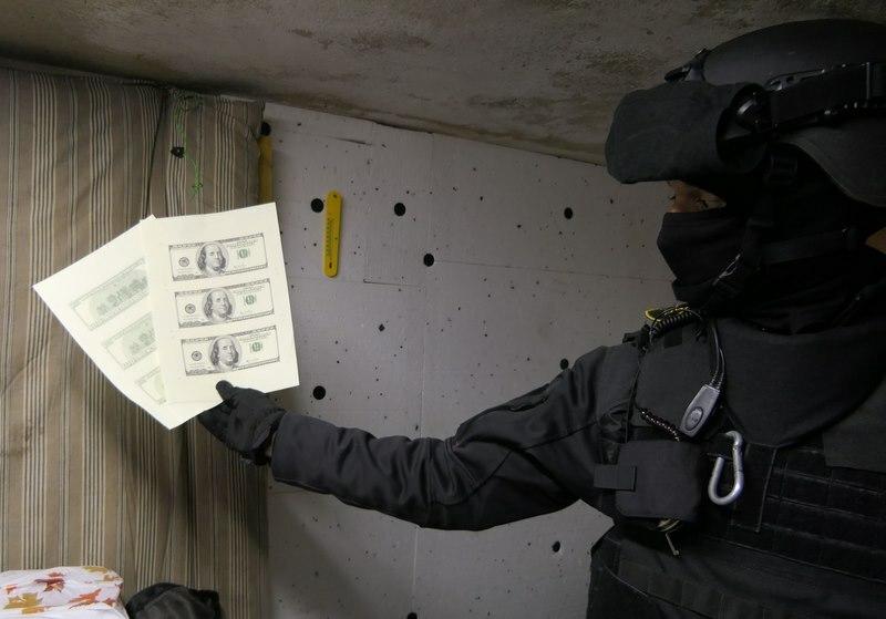Извънредно: Разбиха печатница за фалшиви долари край Варна (снимки и видео)