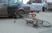 Колоездач мина на червено на варненско кръстовище и се заби в автомобил