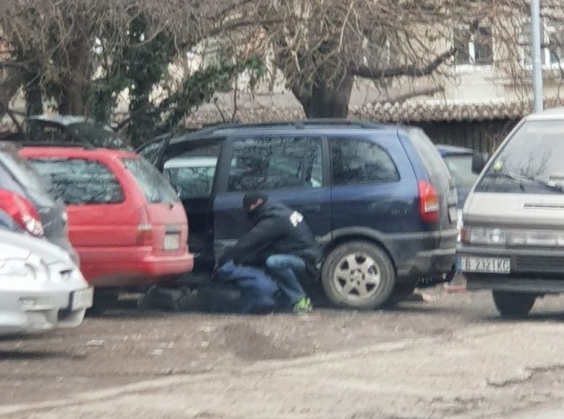 Очевидец: Качулки, свински опашки и припаднали до казиното срещу Мол Варна