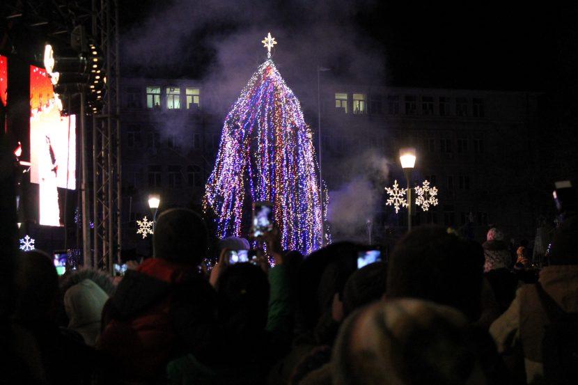 Грейна коледната елха във Варна (снимки)