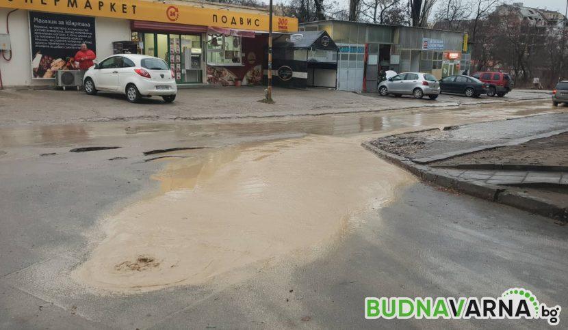 Варненска улица се превърна в кална река (видео)