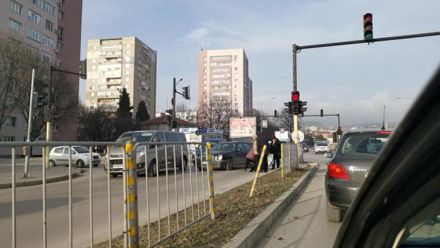 Премазаха пешеходец на светофар