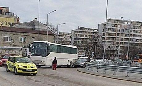 """Автобус заклещи кола на новото кръгово по """"Владислав"""", блокираха движението"""