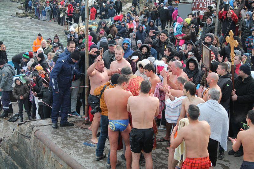 16 смелчаци скачаха за кръста в Аспарухово (видео)