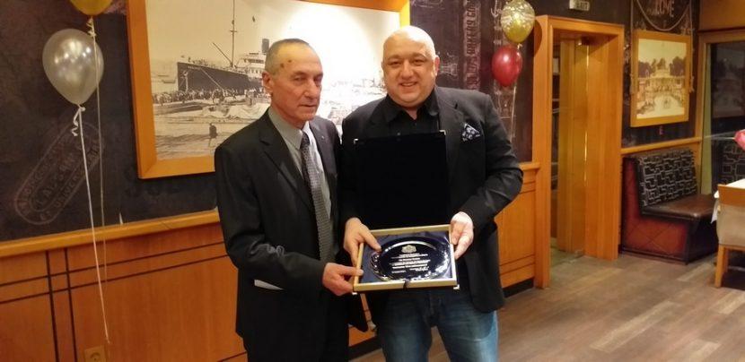 Министър Кралев връчи почетен плакет на легендата Божил Колев по повод 70-ата му годишнина