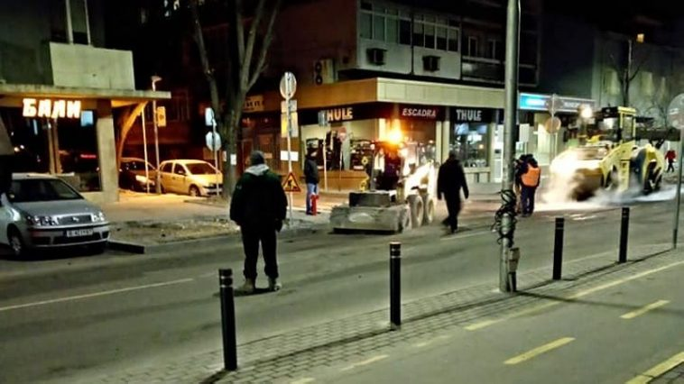 Запълват набързо пресни дупки, демонтират умна пешеходна пътека (снимки)