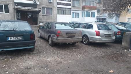 Читател: Да се насипе чакъл в междублоковите пространства и се решава проблема с паркирането във Варна