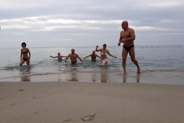 Десетки варненци влязоха в морето тази неделя