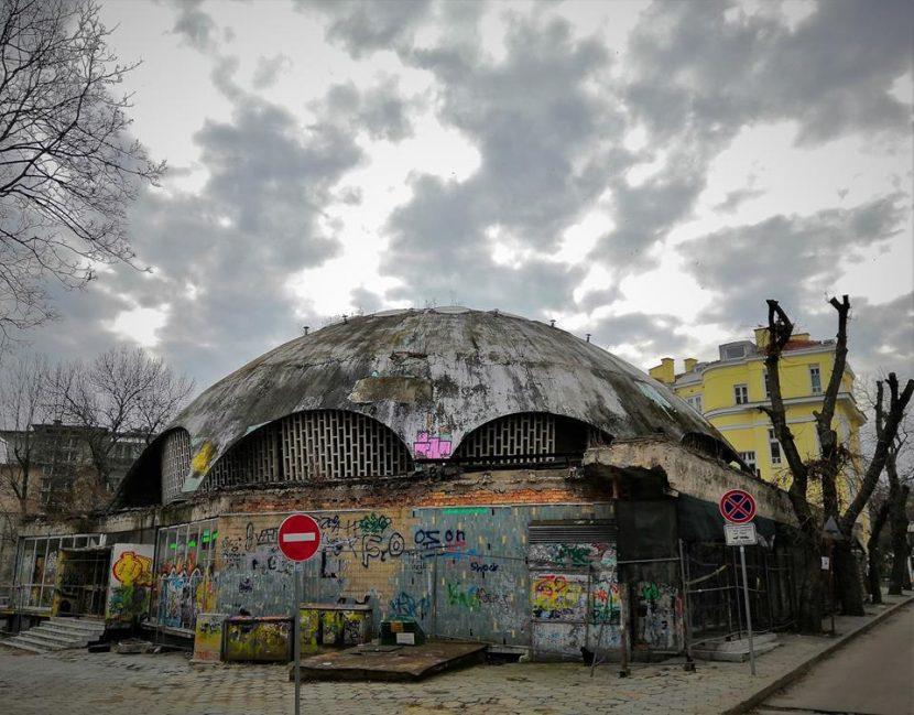 Един от архитектурните символи на Варна тъне в мизерия (снимки)