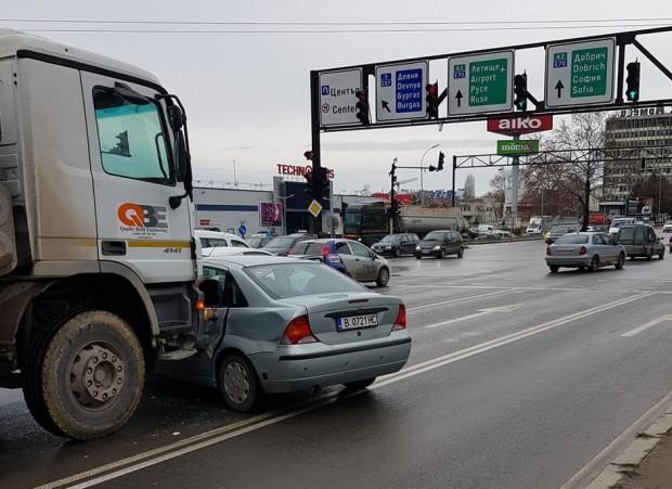 Катастрофа затрудни трафика на излизане от Варна
