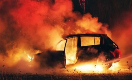Автомобил изгоря по време на ремонт