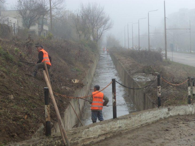 Продължава почистването на отводнителните канали и деретата във Варна
