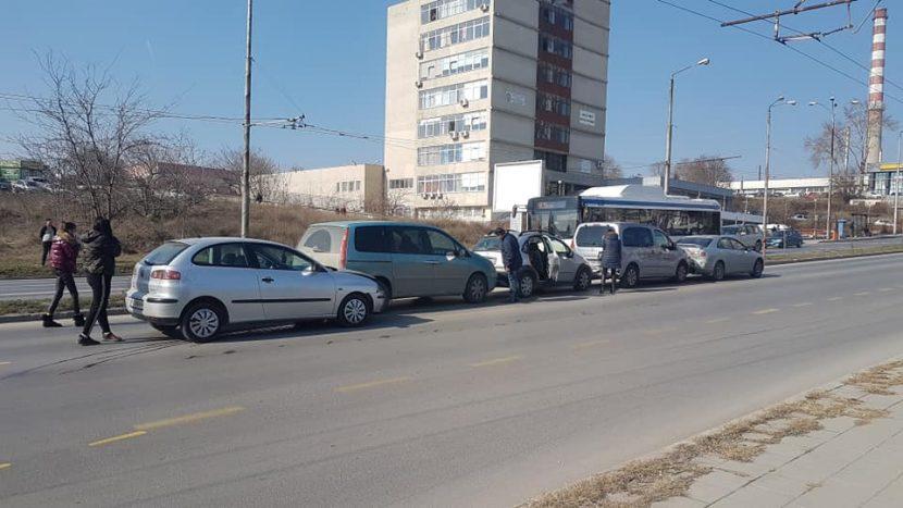 Пет коли във верижна катастрофа пред сградата на КАТ