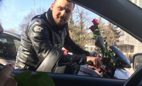 Мотористи раздават рози на дами из улиците на Варна, предават им важно послание