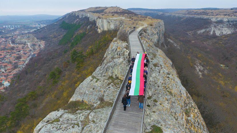 Подариха 12-метров национален флаг за крепостта Овеч в Провадия (снимки)