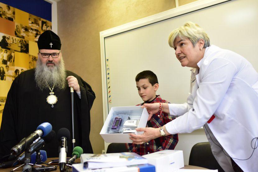 Митрополит Йоан дари инсулинова помпа и парични средства за изследвания на деца с диабет