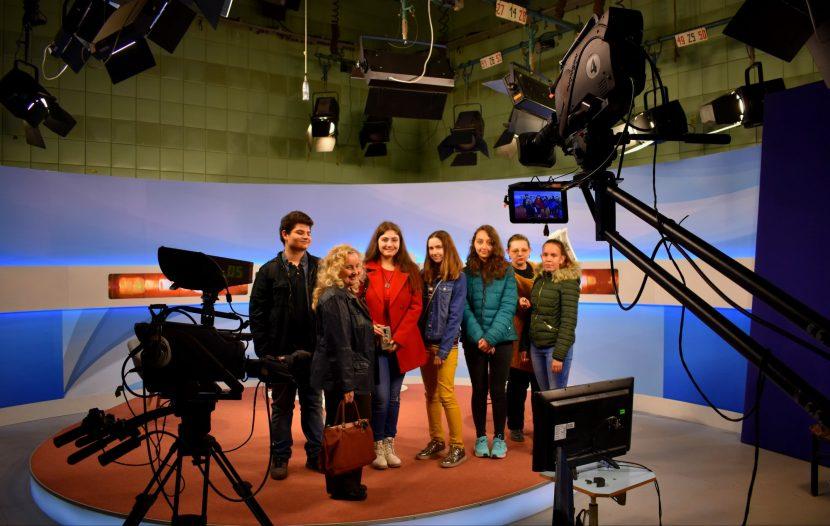 """Младите репортери от вестник """"НахОДКи"""" се докоснаха до магията на телевизията"""