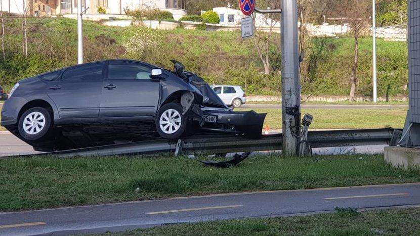 Лек автомобил се заби челно в уличен стълб (снимки)
