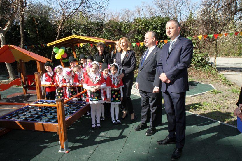Кметът на Варна и посланикът на САЩ откриха нова детска площадка (снимки)
