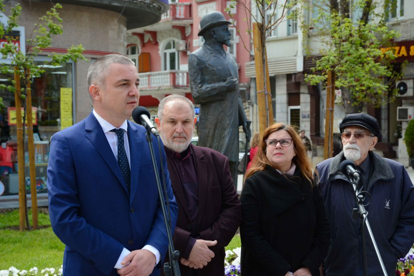 Откриха паметник на кмета Иван Церов (снимки)