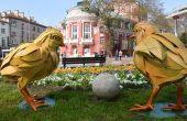Великденски яйца и пилета красят центъра на Варна (СНИМКИ)