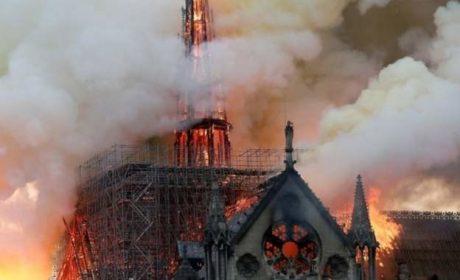 """Пламъците са достигнали и една от предните кули на """"Нотр Дам"""" (видео)"""