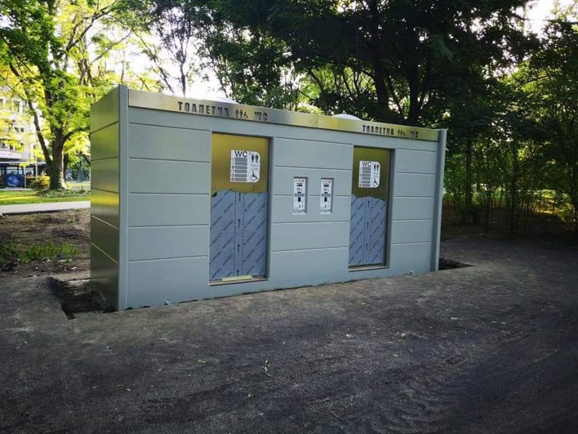 Модерна тоалетна се появи в морската градина (снимки)