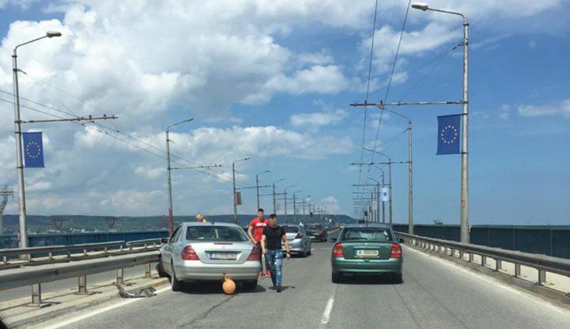 Бебе е в болница след катастрофата с абитуриенти на Аспарухов мост