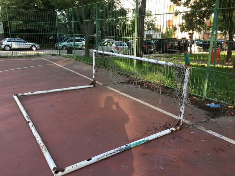 Футболна врата падна и без малко да убие дете