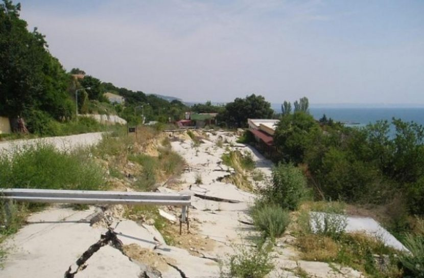 """След сезона ще ремонтират пътя до свлачището в района на """"Трифон Зарезан"""" във Варна"""