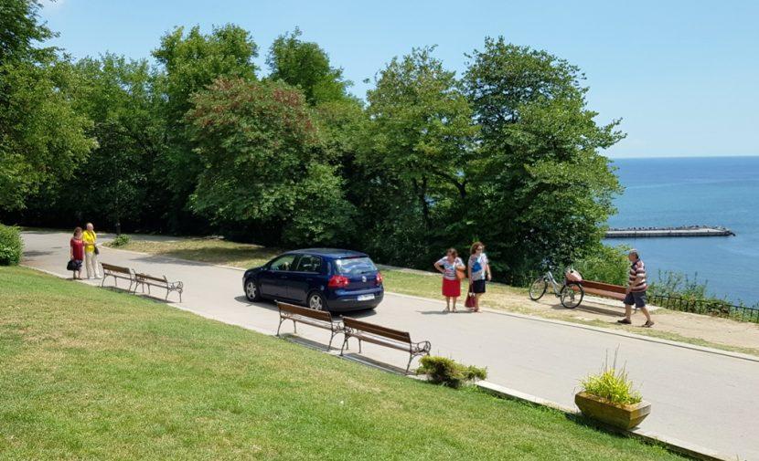 Сигнал на наш читател! Румънците отново карат колите си в морската градина (снимки)