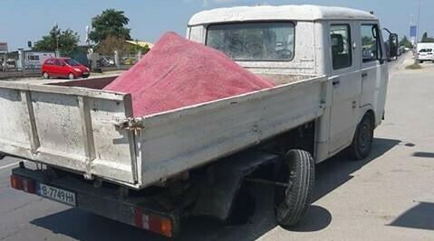 Товарно камионче се разпадна в движение (снимки)