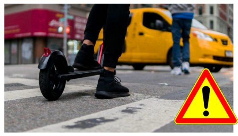Мъж с електрическа тротинетка се заби в паркиран автомобил
