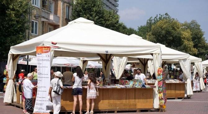"""Най-голямата книжарница на открито """"Алея на книгата"""" отново във Варна"""