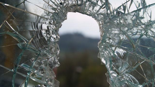 Бурята във Варна строши предно стъкло на автобус от градския транспорт