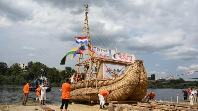 Пуснаха на вода тръстиковия кораб за експедицията АБОРА IV (снимки)