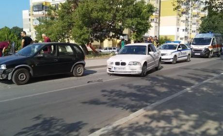 Екшън във Варна! Шофьор без книжка бяга от патрулка, наниза се на 3 коли