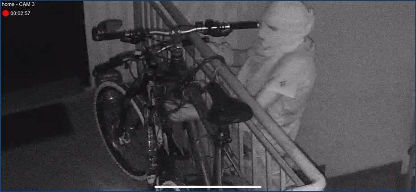 Мъж маскиран като мумия, краде велосипед (снимки)