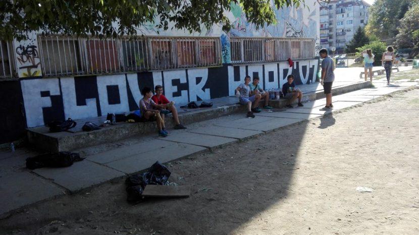 Деца за пример! Почистиха двора на любимото си училище (снимки)