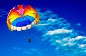 Майка и син оцеляха по чудо след инцидент с атракционен парашут по морето (видео)