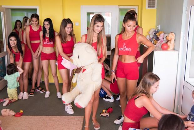 Красавици от надпреварата за Мис Варна зарадваха малчугани от дома във Виница