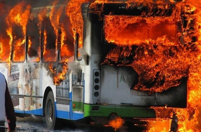 Автобус пламна в движение