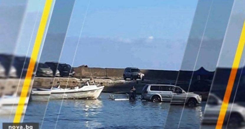 Един закъса с колата на плажа, друг влезе в морето (снимки)