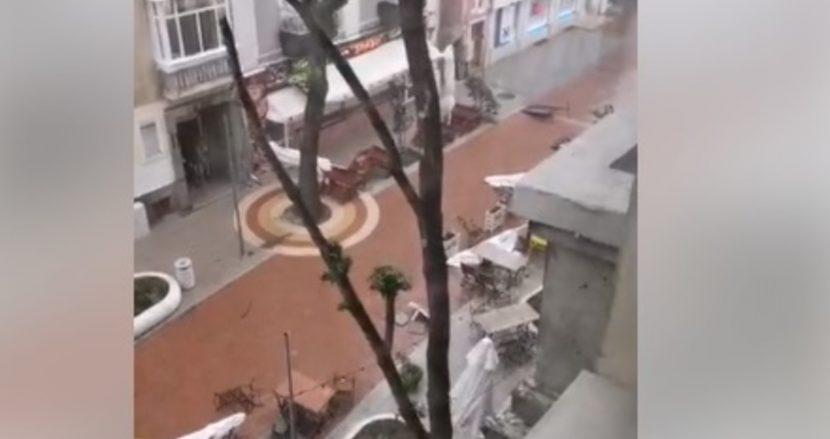 Бурята помете заведение в центъра на Варна (видео)