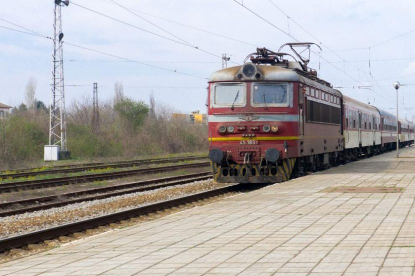 Обгорял кабел спря бързия влак Варна-Пловдив (СНИМКИ)