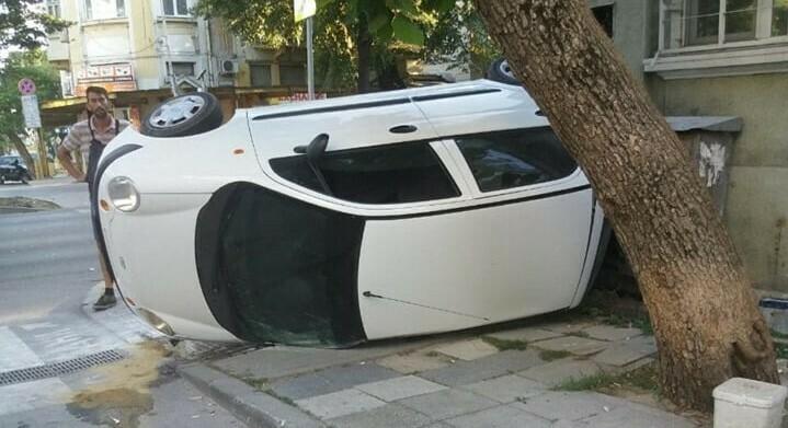 """Кола се обърна на бул. """"Мария Луиза"""" (снимки)"""