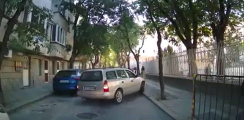 Неадекватен шофьор до варненско училище (видео)
