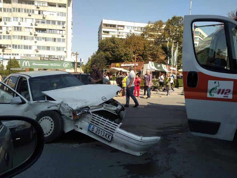 Тежка катастрофа на главен булевард във Варна (снимки)